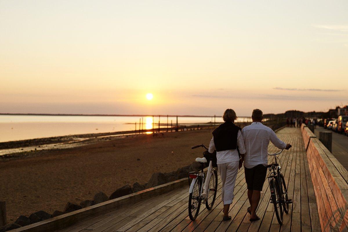 couple-biking-sunset-photo-credit-niclas-jessen
